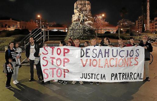 Los asistentes a la concentración de Stop Maltrato en la plaza de España.