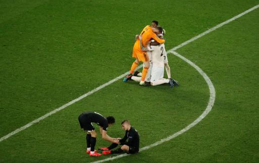 David de Gea y Victor Lindelof celebran el pase del Manchester ante la desolación de los jugadores del PSG.
