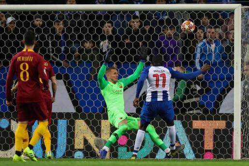 Moussa Marega (d) del Porto anota un gol ante la Roma este miércoles, durante el partido de vuelta de octavos de final de la Liga de Campeones.