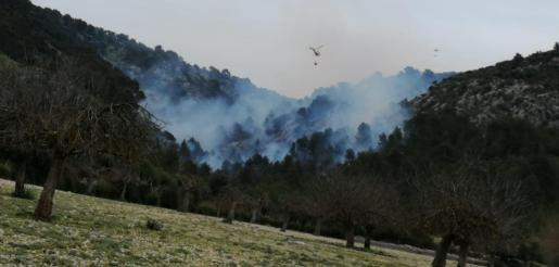 Imagen del helicóptero trabajando en la extinción del incendio en Son Ordines.