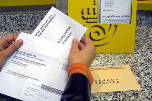 Solicitud del voto para las elecciones en una oficina de Correos.