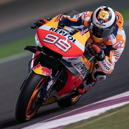 Jorge Lorenzo rueda en Catar con su casco mostrando la imagen de su patrocinador.
