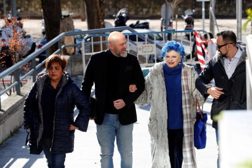 La actriz Lucía Bosé (2d), acusada de apropiación indebida de un dibujo de Pablo Ruiz Picasso que pertenecía a una antigua empleada del hogar suya ya fallecida, a su llegada a la Audiencia Provincial de Madrid.