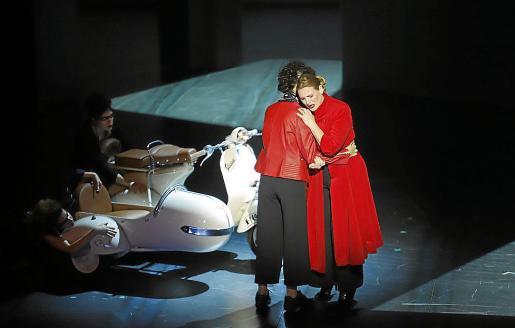 La soprano Ainhoa Arteta, con un abrigo rojo, en una escena del montaje.