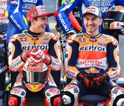 Marc Márquez y Jorge Lorenzo bromean durante la foto oficial de la parrilla de MotoGP en 2019.