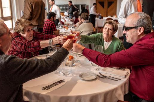 Personas con ceguera brindan durante la comida organizada por la ONCE en Palma.