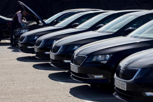 Un conductor de Cabify revisa su vehículo este jueves en Barcelona.