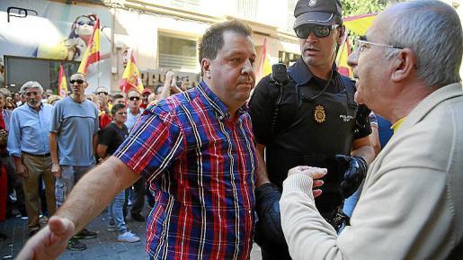 Joan Font, con camisa azulgrana, se encara al expresident del Govern Cristòfol Soler en la manifestación del 7 de octubre de 2017, cuando se destrozó el tenderente soberanista.
