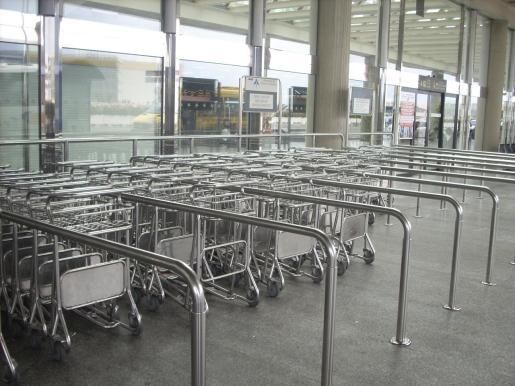 Imagen de archivo de carritos para las maletas en el aeropuerto de Palma.