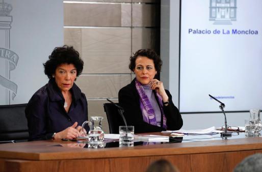 La portavoz del Gobierno, Isabel Celaá, y la ministra de Trabajo, Magdalena Valerio (d), durante una rueda de prensa celebrada tras la reunión del Consejo de ministros, este viernes, en el palacio de La Moncloa en Madrid.