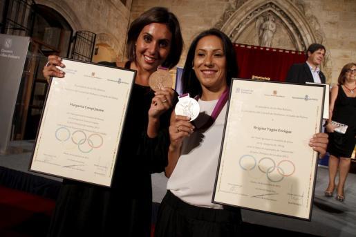 Marga Crespí y Brigit Yagüe posan con sus respectivas medallas conseguidas en los Juegos de Londres 2012.