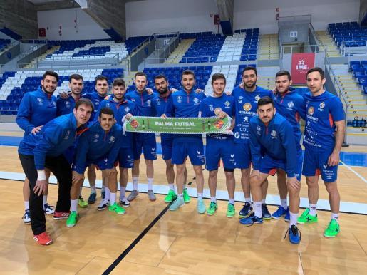 Los jugadores del Palma Futsal posan en Son Moix con una de las bufandas que se repartirán antes del partido ante el Barcelona Lassa.