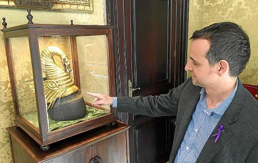 Llorenç Carrió, este viernes, ante la réplica de la cimera que se exhibe en Cort.