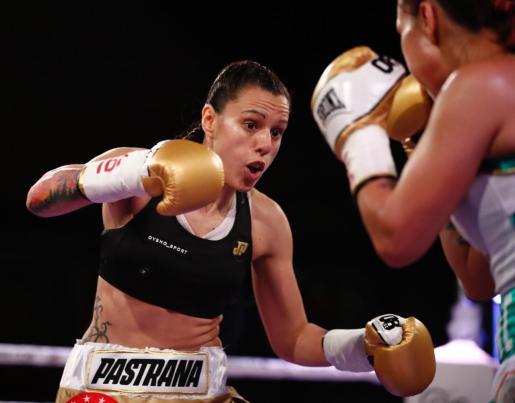 La boxeadora española Joana Pastrana (i) se ha proclamado por tercera vez campeona mundial del peso mínimo de la Federación Internacional de Boxeo.