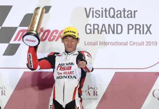 Kaito Toba celebra en el podio su victoria en el Gran Premio de Catar.