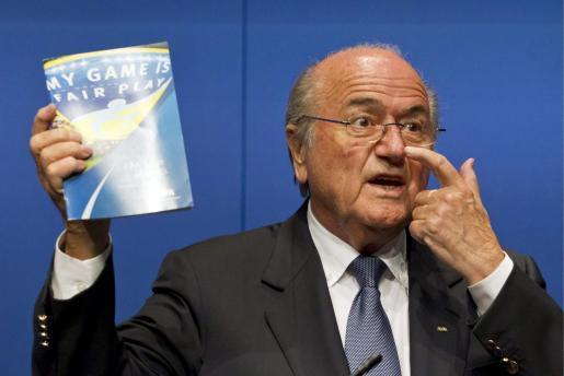 Joseph Blatter atiende a los medios durante una rueda de prensa celebrada en Zúrich (Suiza).