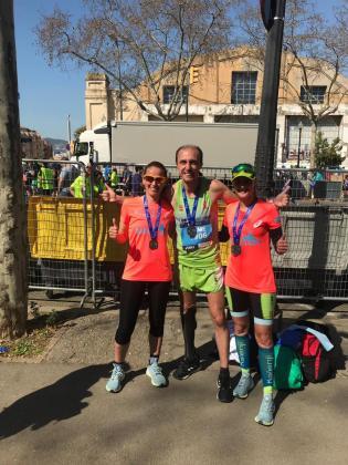 Raquel Fernández, Jaume Cardona y Mónica Riutort, tras finalizar el maratón de Barcelona 2019.