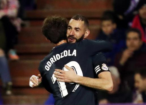 Benzema celebra un gol junto a Alvaro Odriozola.