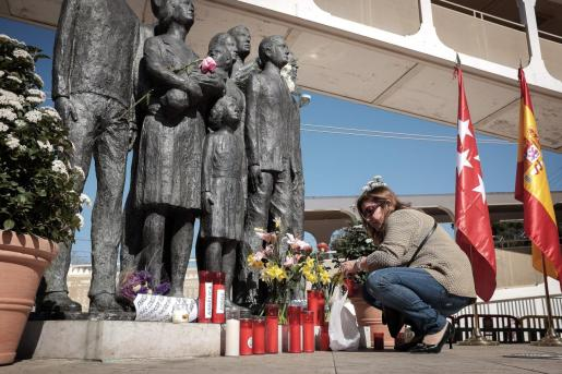 La capital de España fue golpeada por la peor tragedia terrorista un fatídico 11 de marzo de 2004, cuando trece bombas colocadas explosionaron en cuatro trenes de Cercanías de Madrid, en las estaciones de Atocha, Santa Eugenia, El Pozo y junto a la calle Téllez, llevándose por delante la vida de 193 personas.
