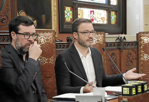 El concejal José Hila y el alcalde Antoni Noguera, en un pleno.