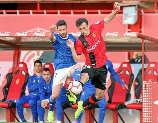 Ante Budimir y Omar Ramos pugnan por la posesión del balón durante el partido disputado en Son Moix.