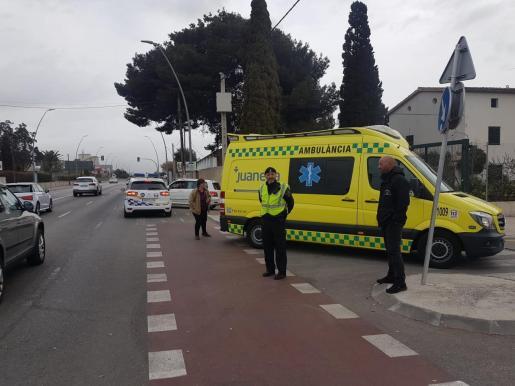 Una ambulancia del SAMU 061 ha atendido al herido en el lugar de los hechos.