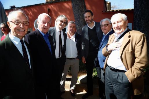 El expresidente del Real Mallorca, Monti Galmés, el entrenador del conjunto bermellón, Vicente Moreno, y el presidente de la Asociación de Veteranos, Chichi Soler, posan con un grupo de exjugadores y asistentes a la celebración de los Alfonsinos.
