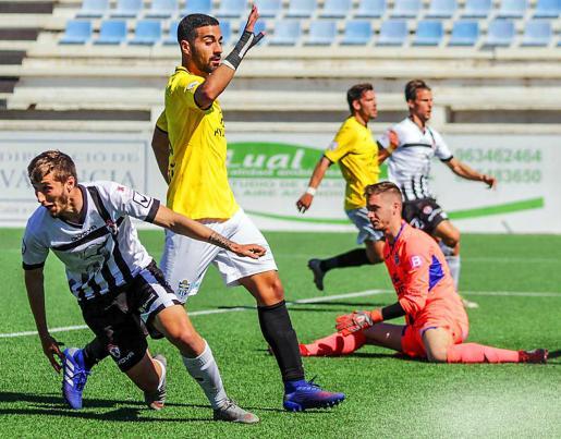 Javi Llor anota el gol del empate para el Ontinyent ante un abatido Carl en El Clariano.