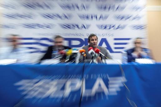 El vicesecretario del sindicato español de pilotos (Sepla), Rafael Delmas (2d), durante la rueda de prensa en la sede del sindicato en Madrid con motivo del intento de asalto a una tripulación de Air Europa este sábado en Caracas.