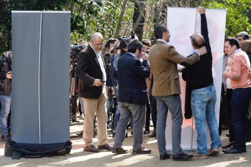 Francisco Igea (i), precandidato a la presidencia de la Junta de Castilla y León de Ciudadanos, abandona la rueda de prensa mientras simpatizantes recogen la cartelería.