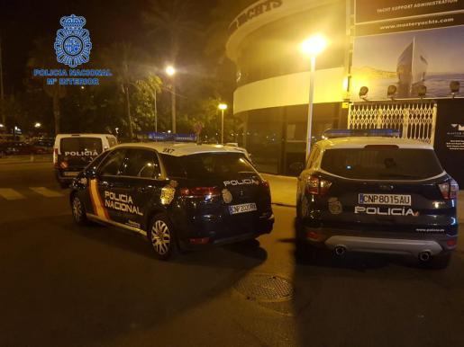 Vehículos de la Policía Nacional durante la inspección de locales de ocio en Palma.