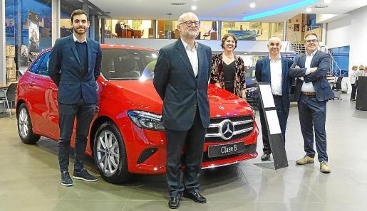 El equipo de ventas de Auto Vidal junto al nuevo Mercedes Clase B que acaba de llegar al mercado.