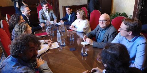 El conseller de Trabajo, Iago Negueruela, la responsable insular de Territorio e Infraestructuras, Mercedes Garrido, y los concejales de Cort con competencias sobre este caso y el alcalde, Antoni Noguera, durante al reunión con representantes de Afedeco y Pimeco.