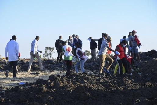 Equipos de rescate tras el accidente aéreo de un avión de Ethiopian.