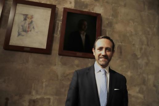 José Ramón Bauzá junto a su retrato en el Consolat de la Mar.