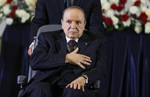Imagen de archivo realizada el 28 de abril de 2014 que muestra al presidente de Argelia, Abdelaziz Buteflika, mientras jura el cargo durante el inicio de su cuarto mandato, en Argel (Argelia).