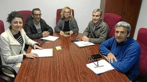 De izquierda a derecha, los portavoces Natalia Troya (PSOE), Antoni Servera (Independents), Maribel Prieto (Més), Jaume Servera (PP) y Antoni Cánovas (On Son Servera), en el transcurso de la junta extraordinaria en la que se acordó realizar una concentración en la Plaça de Sant Joan.