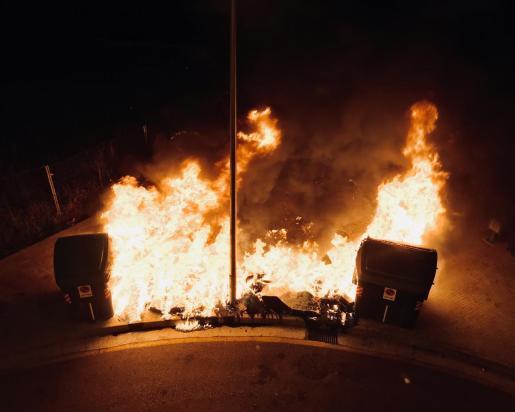 El pirómano quema siete contenedores en dos calles de la barriada de Camp Redó.