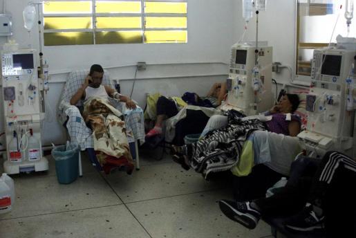 Kidney disease patients wait for staff to operate a generator before receiving their treatment at a dialysis center during a blackout in San Cristobal, Venezuela, March 11, 2019. REUTERS/Carlos Eduardo Ramirez VENEZUELA-POLITICS/BLACKOUT
