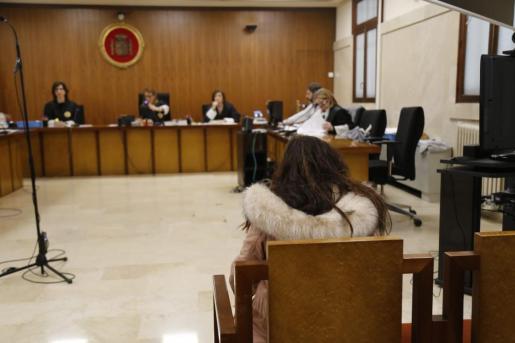 La mujer, en el banquillo de los acusados.