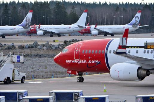 Aviones Boeing 737-800 de Norwegian Airlines permanecen aparcados en el aeropuerto de Arlanda en Estocolmo.
