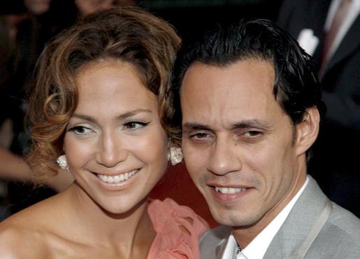 Foto de archivo, tomada el 26 de julio de 2007, de la cantante estadounidense Jennifer López (i) y su marido, Marc Anthony.