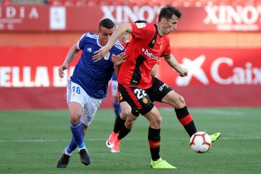 El delantero croata del Real Mallorca, Ante Budimir, controla un balón durante el partido ante el Oviedo en Son Moix.