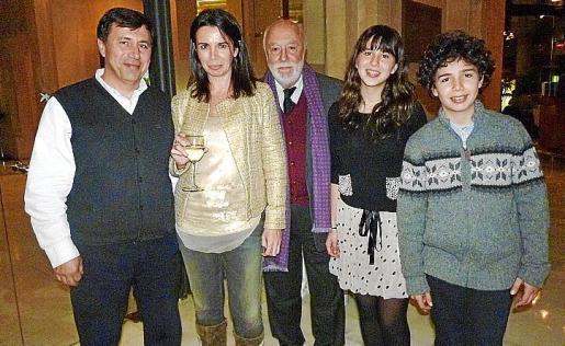 Jaume Enseñat con su hijo Josep, su nuera Carolina Vicens y sus nietos Jaume y Mia.