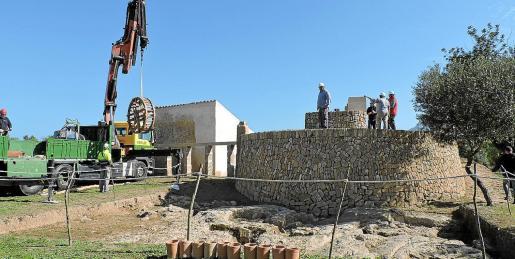 La brigada de Patrimoni del Consell de Mallorca durante los trabajos de montaje de la maquinaria de la noria del Hort d'en Copido.