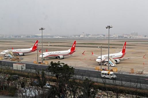 Vista de tres aviones de pasajeros modelo Boeing 737 Max 8 en el aeropuerto de Shangai.