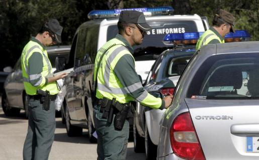 Guardia Civil, revisando los permisos de conducir.