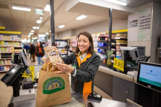 Imagen de una trabajadora atendiendo en un supermercado Mercadona de Palma.