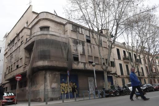 El edificio está en la confluencia de las calles Rosselló i Caçador y Àngel Guimerà.