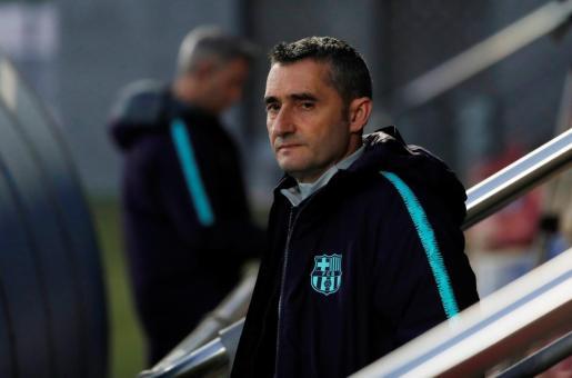 El entrenador del Barcelona, Ernesto Valverde, observa el entrenamiento de su equipo en el Camp Nou.